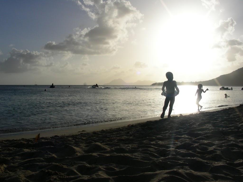 2-kids-on-beach